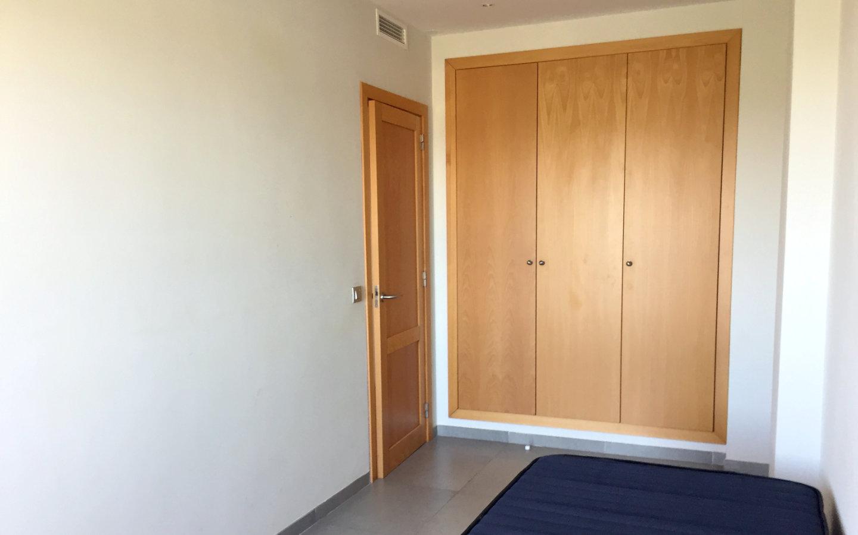 Dormitorio con armarios empotrados